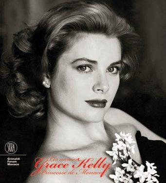 Graces Kellys paulistanas visitam exposição da Princesa de Mônaco