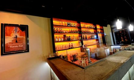 Pôster de Karate Kid, comprado por R$ 1.900, enfeita restaurante