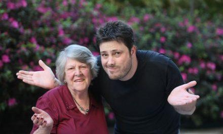 Com vocês, dona Assunta, a vovó do comediante Danilo Gentili