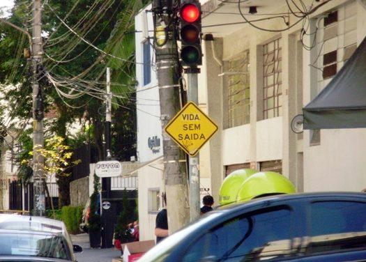 De olho na placa: para continuar vivendo, não siga em frente!