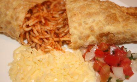 Do prato para o pastel: feijoada e espaguete à bolonhesa