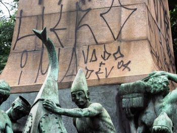 Sem pé nem cabeça: o monumento da 25 de Março