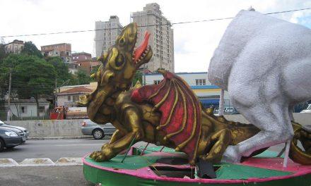 Avenida é decorada com dragão e São Jorge pela metade