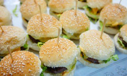 Crítico de hamburguerias serve hambúrgueres em festas