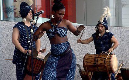 Aulas de dança africana. Com uma professora marfinesa
