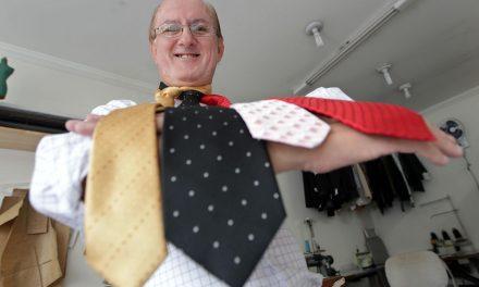 Alfaiate ensina a arte de fazer gravatas