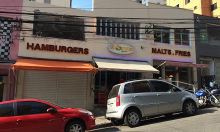 Zé do Hamburger exibe letreiro que foi ícone da lanchonete Rockets
