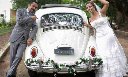 Love Bug: lá vêm os noivos descolados dentro de um Fusquinha 1969
