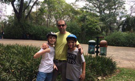 Caçadores de pokémons e ambulantes fazem a festa em frente ao planetário do Ibirapuera