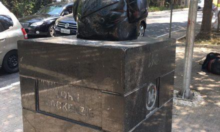Busto de John Mackenzie é decapitado por vândalos. Vigia viu toda ação